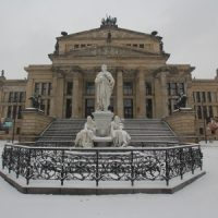 Schiller-Denkmal vor dem Konzerthaus