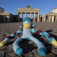 Affe vor dem Brandenburger Tor