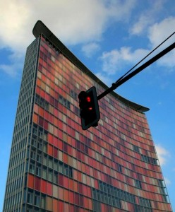Ampel vor dem Berliner Hochhaus