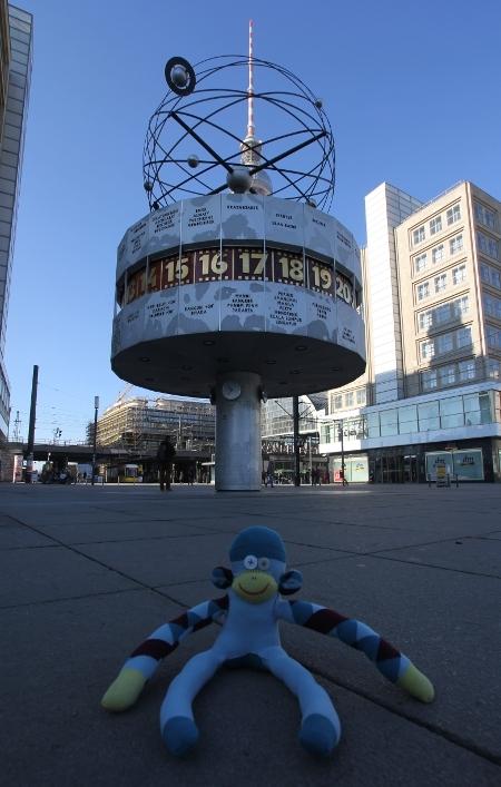 Berliner Affe vor der Weltzeituhr