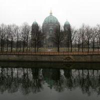 Der Berliner Dom spiegelt sich in der Spree