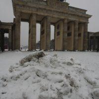 Brandenburger Tor - mit Schneehaufen