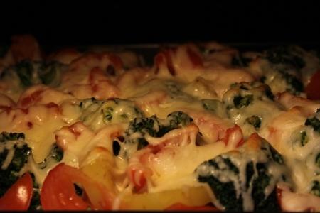 Broccoliauflauf mit Kartoffeln und Tomaten