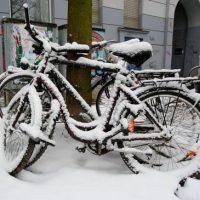 Schnee auf den Fahrrädern