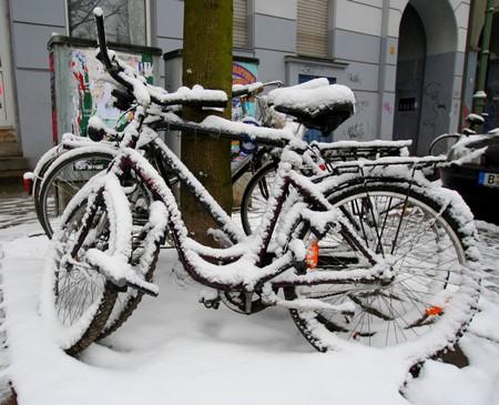Schneefall in Berlin - Fahrräder an der Kette