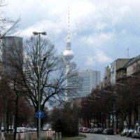 Berliner Fernsehturm mit dunklen Wolken
