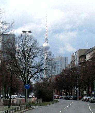 Dunkle Wolken hinter dem Berliner Fernsehturm