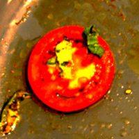 Eine kleine Tomatenscheibe mit Öl