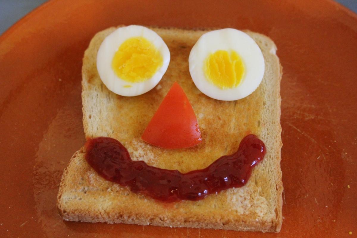 Toastgesicht mit Ei und Co.