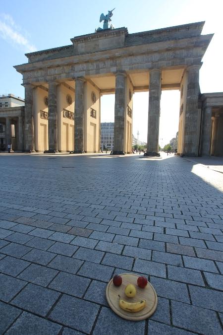 Gesicht hinter dem Brandenburger Tor