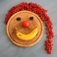 Gesicht mit rotem Johannisbeeren Zopf