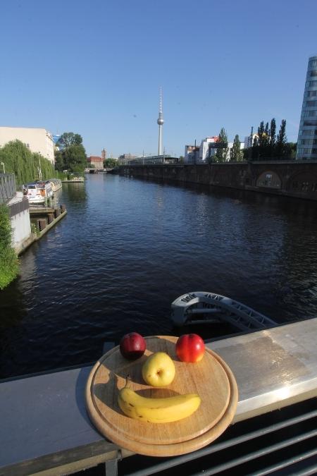 Gesicht auf der Brücke - Jannowitzbrücke in Richtung Fernsehturm