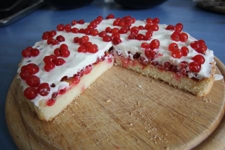 Kuchen mit roten Johannisbeeren