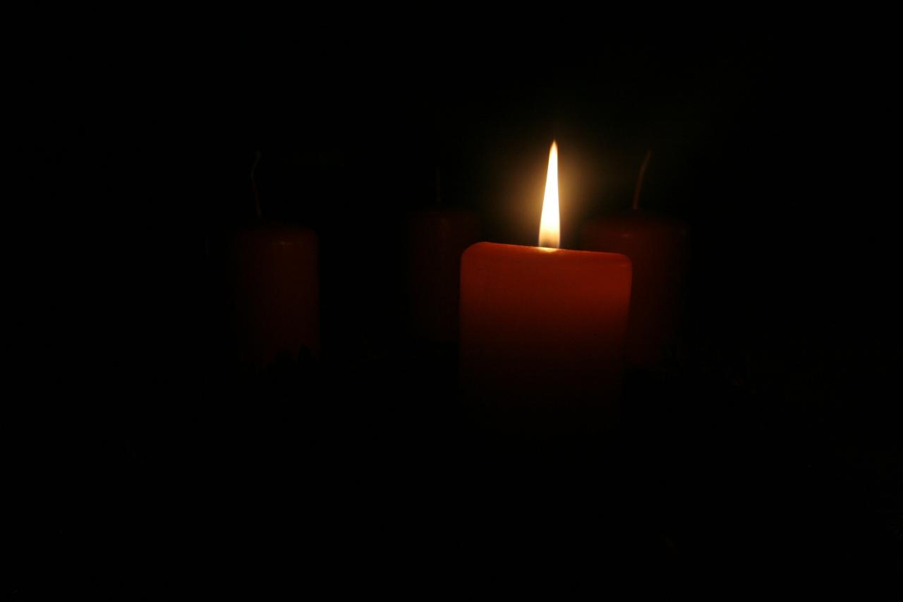 Dier erste Kerze brennt