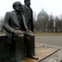 Marx und Engels vorm Berliner Dom