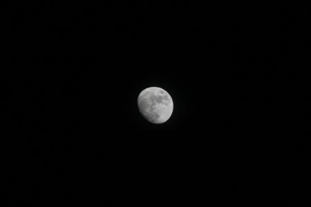 25. April 2010 in Berlin: Der Mond am Sonntag