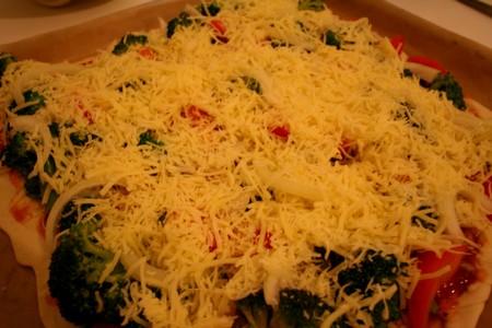 Broccoli-Tomaten-Zwiebel-Pizza mit Boden und Käse