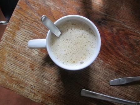Das Bild zeigt einen Kaffee auf einen Küchentisch.