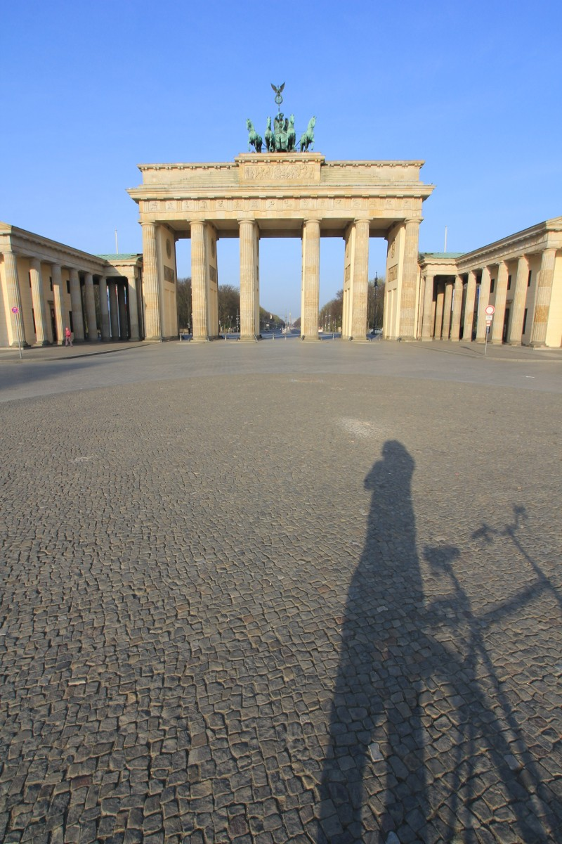 Schattenselfi vor dem Brandenburger Tor