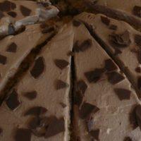 Schokoladenkuchen mit ganz viel Sahne