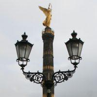 Die Berliner Siegessäule mit zwei Straßenlampen