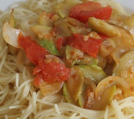 Spaghetti mit Zucchini, Tomaten und Zwiebeln
