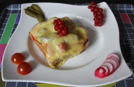 Vegetarisches Toast mit Käse überbacken