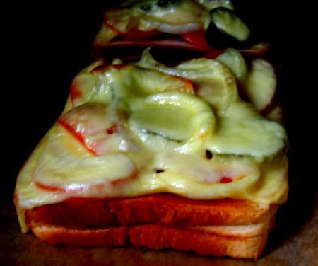Toast mit Tomaten, Zwiebeln und Käse