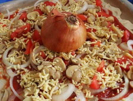 Die große Zwiebel-Käse-Tomaten-Pilze-Pizza